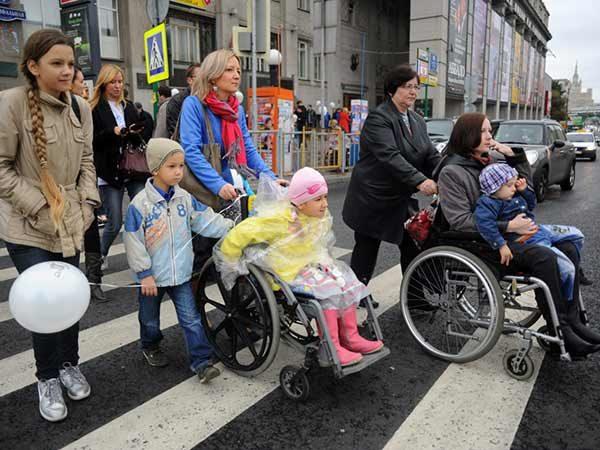 Изображение - Льготы для инвалидов 1 группы invalidy-po-peshehodnomu-perehodu-600x450